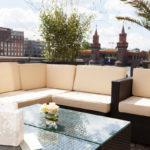Lounge mit Hintergrund Oberbaumbrücke