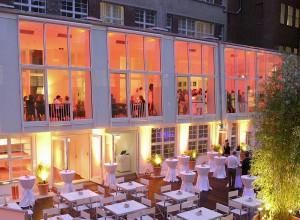 Der Innenhof des Ellington Hotels Berlin am Abend.