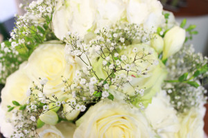 Ein wunderschöner Blumenstrauß mit Rosen, der als Hochzeitsdekoration dient.