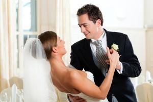 Ein Hochzeitspaar während ihres Hochzeitstanzes