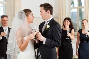Hochzeitspaar stösst an