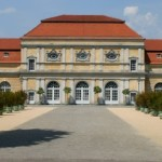Frontalansicht der Orangerie Berlin lang