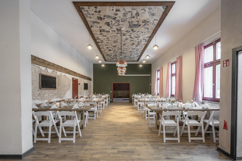 alte boerse marzahn hochzeit alte kantine weisse stuehle. Black Bedroom Furniture Sets. Home Design Ideas