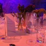 Hochzeitstisch-gläser-blumenstrauß-menükarte