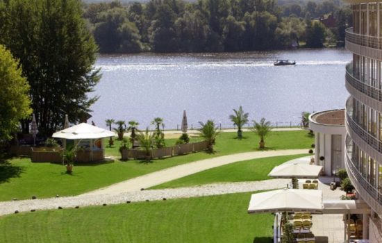 Grünfläche und Wasser am Hotel am Havelufer Potsdam